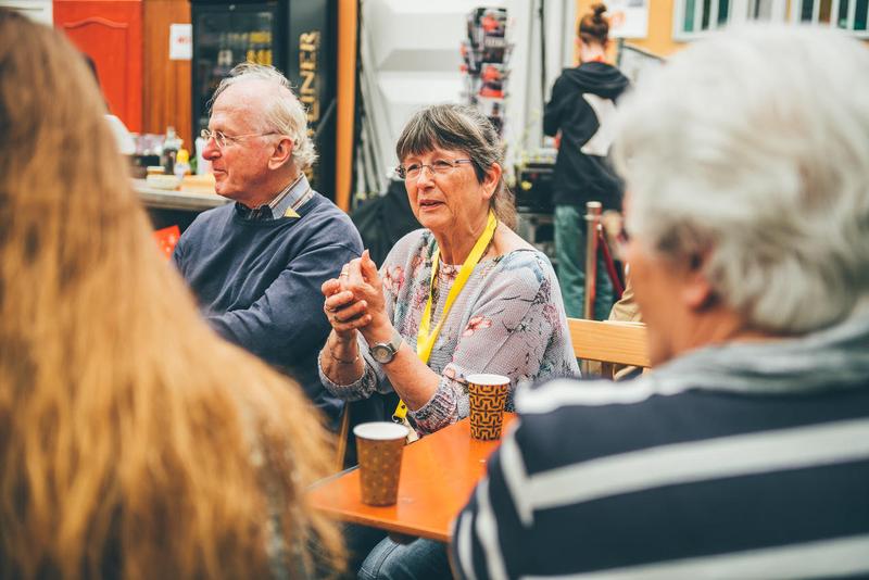 Ouderen gezellig aan de koffie. Foto door Henny van Roomen
