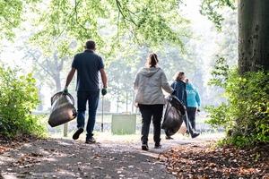 afval rapen in park vreugd en rust