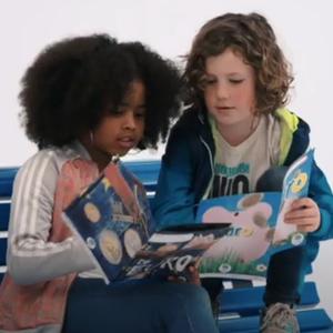 twee kinderen lezen een boek