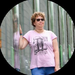 vrouw met roze tshirt