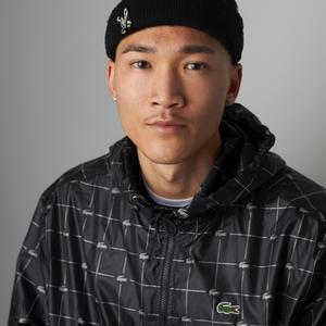 Jonge aziatische man met een beanie op